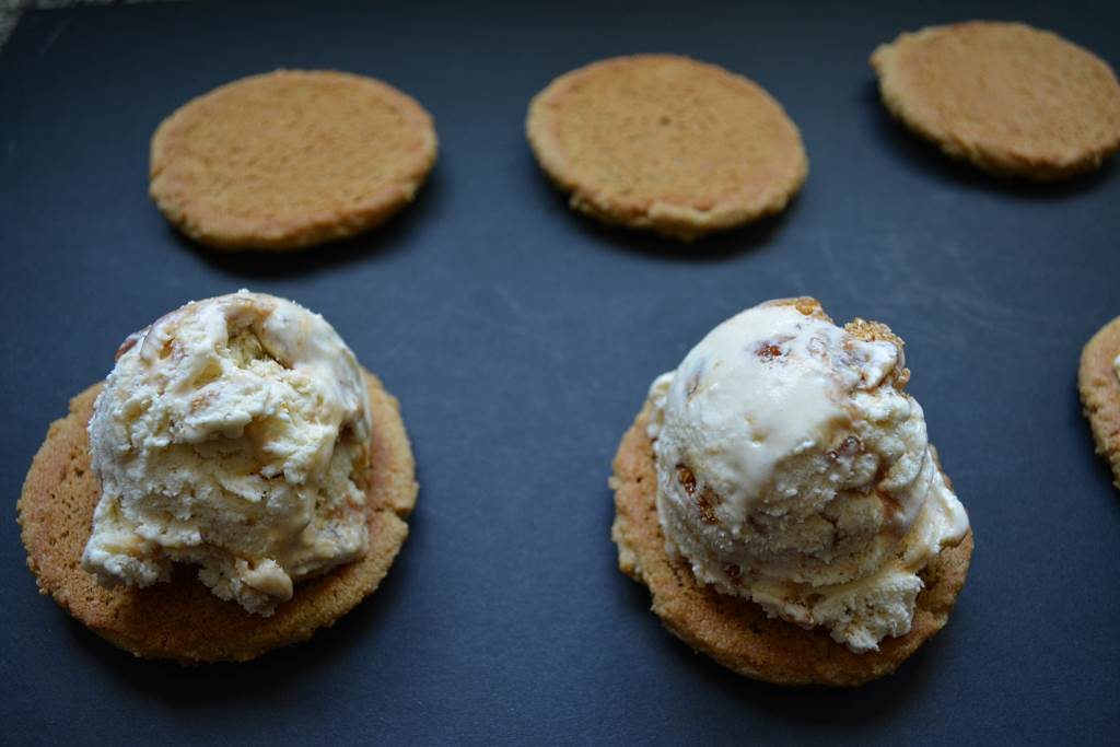 assembling-ice-cream-sandwich-cookies